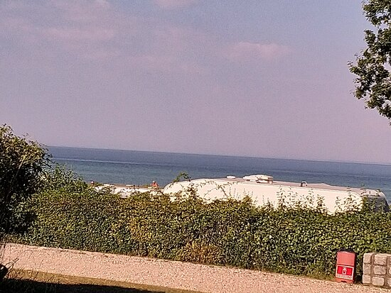 Dalby, เดนมาร์ก: Udsigt fra vores plads. Gode bade muligheder, pæn strand. Man er ikke i tvivl, hvilken vej vognen skal vende.