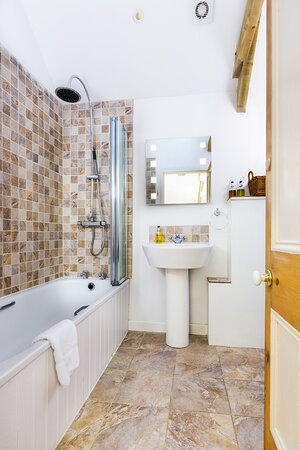 Cookbury, UK: The hotel style ensuite bathroom of Stables cottage