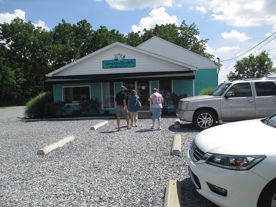 Greenwood, DE: Outside view of store and parking lot.