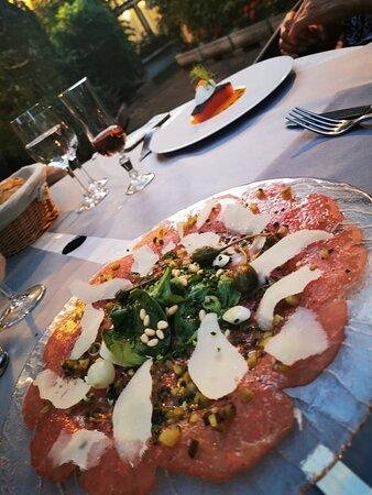 Carpaccio de bœuf, Fins condiments, mozzarella de bufflonne, truffes blanches d'été.
