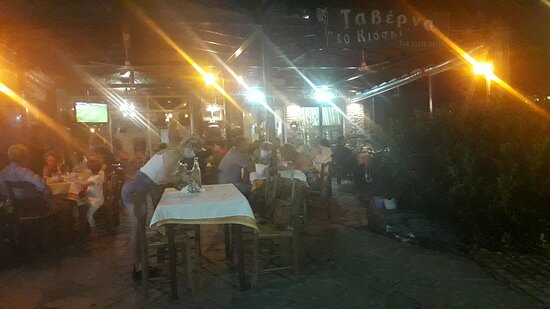 Kato Poria, Grécia: 2020, παραμονές 15αύγουστου, βράδυ. Εξυπηρέτηση επί ώρες με χαμόγελο και μάσκα