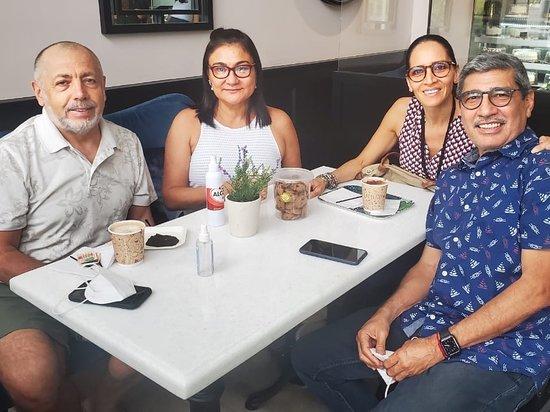 Samborondon, Эквадор: La Galleta Pecosa Disfrutando de deliciosos cafés, torta y las tradicionales galletas. En su nuevo local en Samborondón. Un sitio con una decoración totalmente diferente a lo que se ha visto a su alrededor, es como estar en otro país. Muy lujoso y espacioso. Cumplen con las normas de bioseguridad ahora en esta nueva anormalidad. Vale la pena ir a esta hermosa y diferente cafetería que es tradición de la ciudad de Guayaquil.