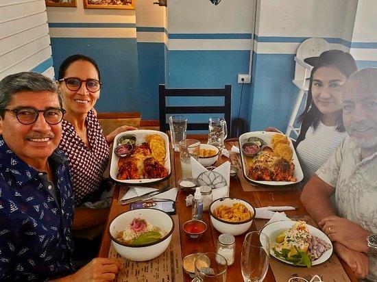 Samborondon, Эквадор: La Cevicheria Guayaca Otra semana más que fuimos a almorzar en este delicioso lugar. Ahora probamos la deliciosa langosta, cocolon con cangrejo y causa de camarones. Atención rápida y excelente. Mantiene los protocolos de bioseguridad. Un lindo lugar en Samborondón. Vale la pena ir a este lugar a degustar platos típicos de la costa.