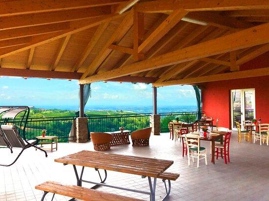 Belvedere Langhe, Italia: La nostra terrazza panoramica