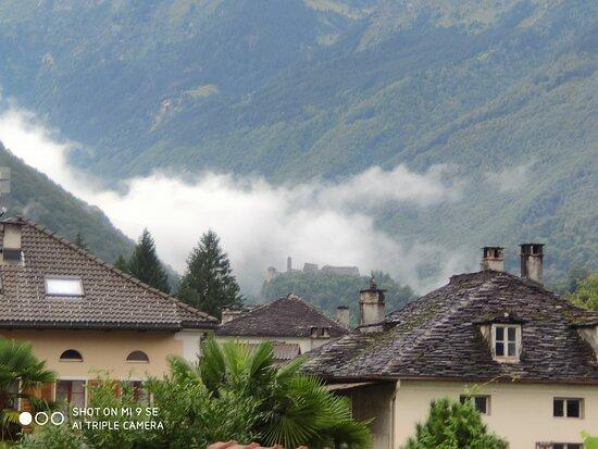 Mesocco, سويسرا: Nella nuvola il profilo del castello visto da Soazza