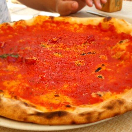 Di passaggio da Brindisi, ci fermiamo a ristorarci al Betty. Ordiniamo due pizze, insakata di gamberetti e pasta fresca alla cernia. Buoni i sapori e bella la collocazione di fronte al mare. Peccato per i servizi igienici, poco decenti.