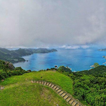 PrefeituradeKagoshima , Japão: おすすめスポットin鹿児島🌋     「亀ケ丘」 鹿児島県南さつまにある亀ケ丘 ここから見る東シナ海と夕日はまじ絶景!! 近くには休憩所、トイレも完備してあります!   ぜひ、足をはこんでみてください!