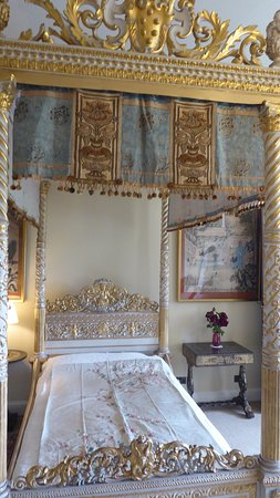 Kiplin Hall and Gardens : Visitors bed