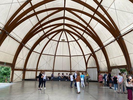 la struttura per eventi all'ingresso della mostra