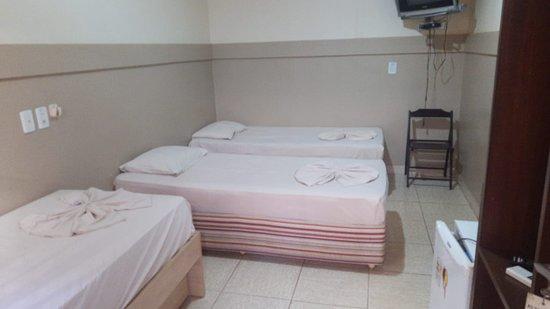 Xinguara, PA : APARTAMENTO COM AR CONDICIONADO, 3 CAMAS DE SOLTEIRO E FRIGOBAR E BANHEIRO INDIVIDUAL.