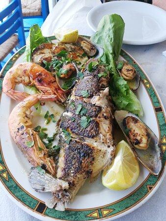 Assiette de poisson faisant partie du mezze