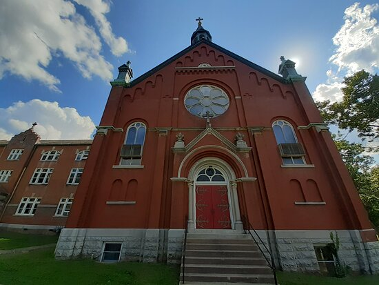 Arcadia, MO: Beautiful Church on the grounds.  Take the tour and look inside.  It's so awesome!