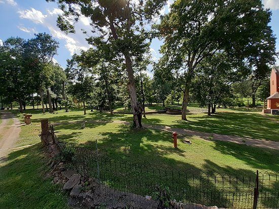 Arcadia, MO: Several acres of grounds to explore!