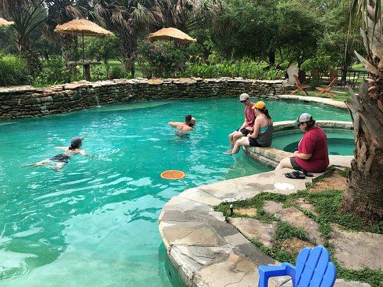 Satin, تكساس: Family time = Pool time
