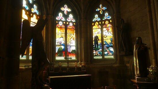 Treguier, France: Magnifiques vitraux de la cathédrale Saint Tugdual