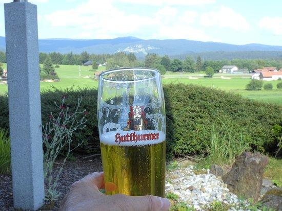 Riedlhutte, Tyskland: Een lekker biertje op het terras, met uitzicht op de berg Lusen
