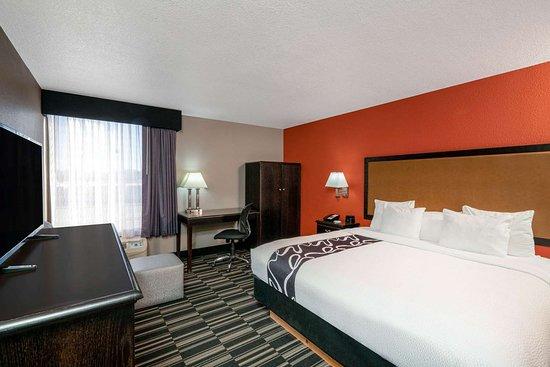La Quinta Inn & Suites by Wyndham Memphis Airport Graceland: Guest room