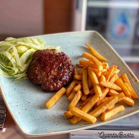 """""""Hamburger della casa con patatine fritte"""""""