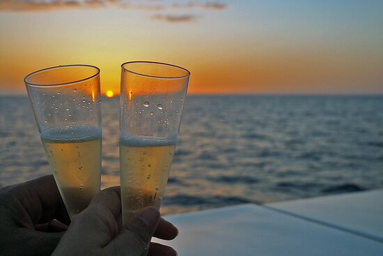 Sunset Experience | 2 hours boat trip at sunset time: Admirar la puesta de sol tomando una copa de cava.