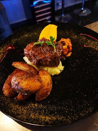 Gigot d'agneau rôti compote d'oignons rouges à l'orange