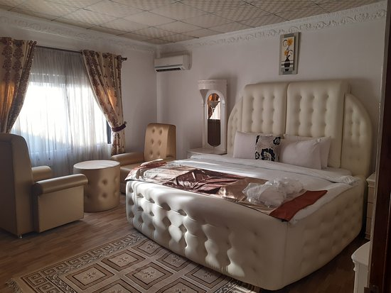 Umuahia, Nigeria: The Presidential Suite main room.... Top class with mordern facilities.