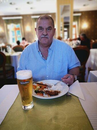 Parádsasvár, Magyarország: Kastélyhotel elegáns étterme, mindenkit kielégít, nagyon finomakat étkeztünk, csodálatos íz világgal.
