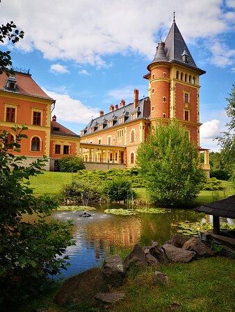 Parádsasvár, Magyarország: Ez a kis tó szebbé teszi környezetét, kiemeli a Kastély szépségét.
