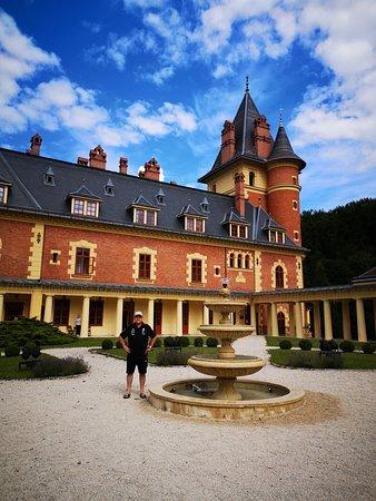 Parádsasvár, Magyarország: Kastély udvara, csodálatos elrendezése, nagyon szép látványt nyújt.