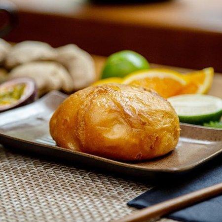 Nein, hier siehst du keine Schrippe. Auf dem Bild befindet sich Hien's Bao: Ein Hefekloss gefüllt mit Gemüse und Pilzen. Der Hefekloß ist ein typisches chinesisches Grundnahrungsmittel und wird dort meist anstelle von Reis gegessen. Man genießt sie als Hauptmahlzeit oder auch als Beilage zu anderen Gerichten.