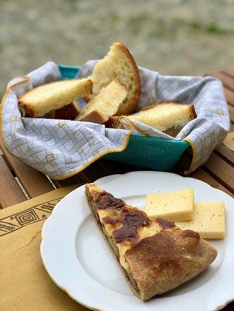 Rifugio Fontana Mura : Torta rustica con porri, speck e patate e pezzi di toma locale