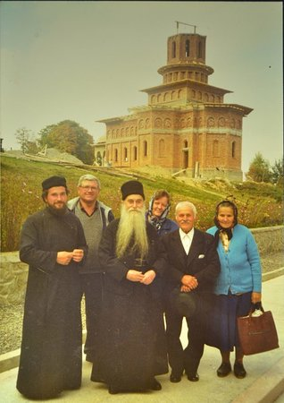 Cartisoara, Ρουμανία: Father Arsenie Papacioc along some of the founding members during the building of the monastery.