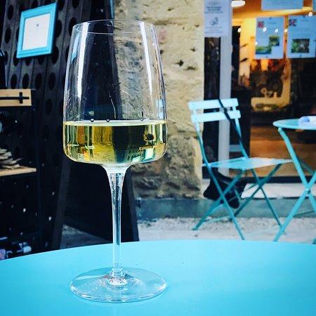 Bar à vins et fromages pour une soirée réussie.