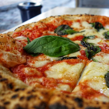 Margherita DOP : sauce tomate San Marzano DOP, fior di latte, Parmigiano Reggiano DOP, basilic et huile d'olive extra-vierge EVO