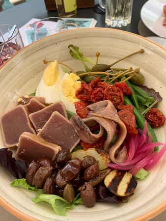 CO.MO Bar & Bistrot: Salad Nicoise