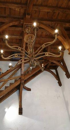 lampara de madera en el interior del castillo