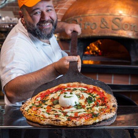 Antonio il Pizzaiolo con la sua famosa Portofino