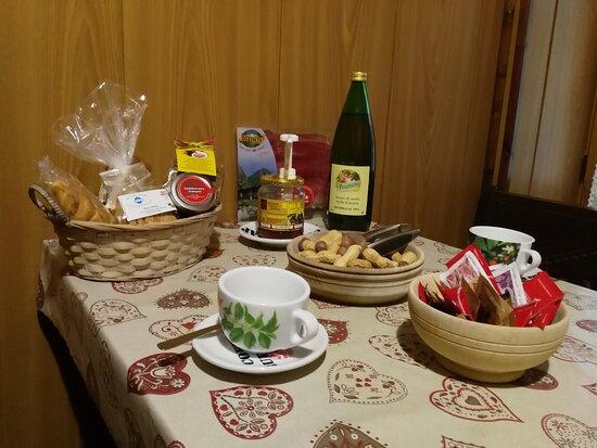 Lillianes, Taliansko: Prima colazione in camera ricca di prodotti di piccole e medie aziende del territorio
