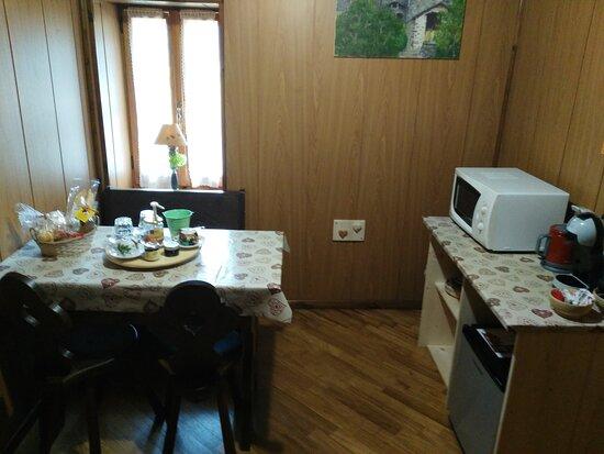 Lillianes, Taliansko: Sala colazioni privata della Junior suite con vista alle montagne