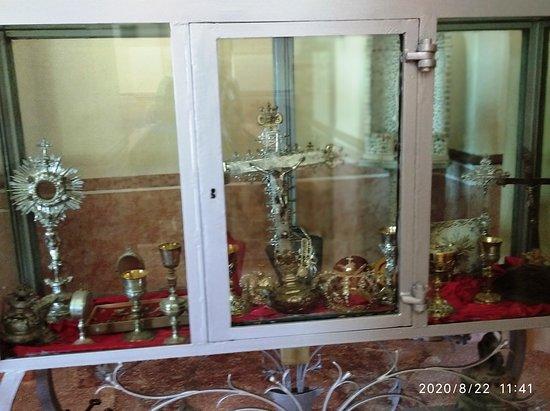 Roggiano Gravina, إيطاليا: Vetrina con  oggetti Sacri,corone, Crocifisso ,calici  di pregevole  manifattura  tutto l'arredo ,   particolare lavorazione de calici