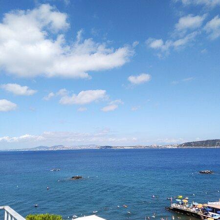 Vista sul golfo di Napoli, su Vivara e su Procida