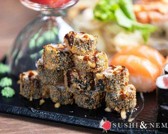 🔺️😋CRUNCHY PYRAMIDE😋🔺️ Sieht das nicht unwiderstehlich köstlich aus?! Den knusprig gebackenen Crunchy Rolls und dem doppelten Saucen-Drizzle kann man einfach nicht widerstehen, oder? Also ab zu Sushi und Nem! Wir sind für Euch da von: Mo – So: 11:00 – 14:30 Uhr & 16:30 – 21:00 Uhr
