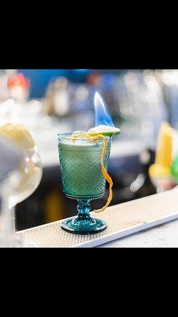 Raffinato e ben frequentato.Cocktails ottimi e spettacolari,vivande squisite e ben presentate.Personale cortese e disponibile.