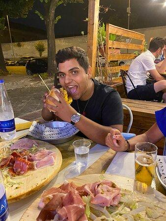 Siamo venuti da Varese per assaggiare i vostri panini spettacolo è dire poco  tutto buonissimo complimenti a tutto lo staff il proprietario persona stupenda appena siamo in zona torneremo buonissimo 👍👍👍