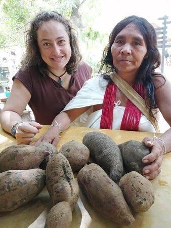 Nuestros alimentos recién bajados de la montaña y de mano de las comunidades indígenas de nuestro territorio. Es una delicia aprender de ellos!
