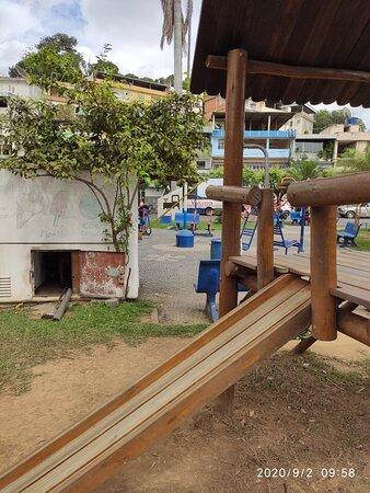 Pirapetinga, MG: Praça parque para criança