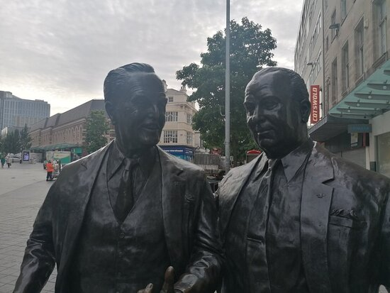 ‪Sir John & Cecil Moores Statues‬