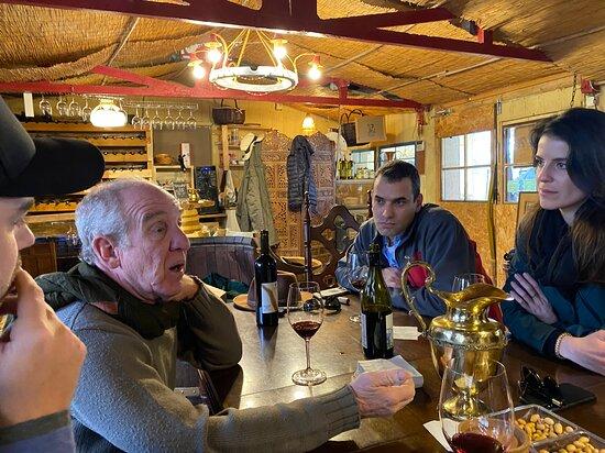 עגור, ישראל: Shuki discussing life and wine