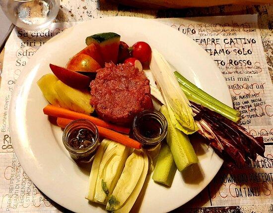 Rigomagno, Itália: Tartare con verdure in pinzimonio e frutta. La cosa che me l'ha fatta apprezzare ancora di più è che è al naturale con i condimenti a parte, quindi assapori la carne nella sua qualità.