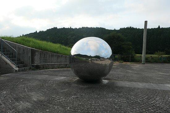 道の駅の端にあった井上武吉さんの作品の「地上への瞑想」