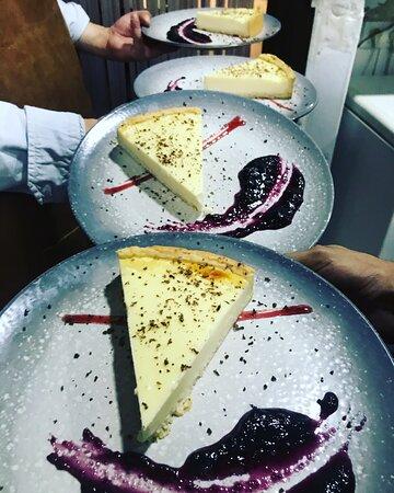 ¡¡¡Cuando parece que no puedes más...llega el postre y te lo comes 😂😱👏🏻!!! . 🍰Cheese Cake con mermelada de arándanos 🍇 🍧Crumble Cake con compota de manzana🍎 🍏  🥧Tarta de chocolate con helado de leche 🥛 merengada . ❓‼️Cual es tu favorita‼️❓🤤🤤 . 📲Reservas:961019892 📍Avd/ Nicasio Benlloch 20,Valencia  . #cassalla #cassallabar #postres #crumbles #comerenvalencia #chocolatecake #cheesecake #cenas #comidas #almuerzos #bravas #hamburguesa #burguerlovers #valencia #bar #baresconencanto